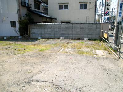 今日は、駐車場の区画ロープ張りでした。 夕べの内に、駐車番号をブロックに... 駐車場の区画ロー